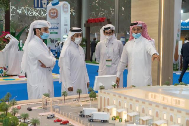 Dr. Hassan Al-Derham during visit of QU pavilion at Exhibition 2